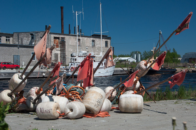 Fischbojen am Kai in Mersrags